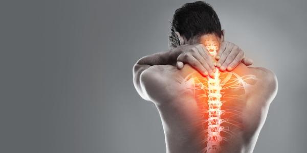 homme de dos se tenant la base de la nuque avec les deux mains pour cause de douleurs dorsales type dorsalgie interscapulaire
