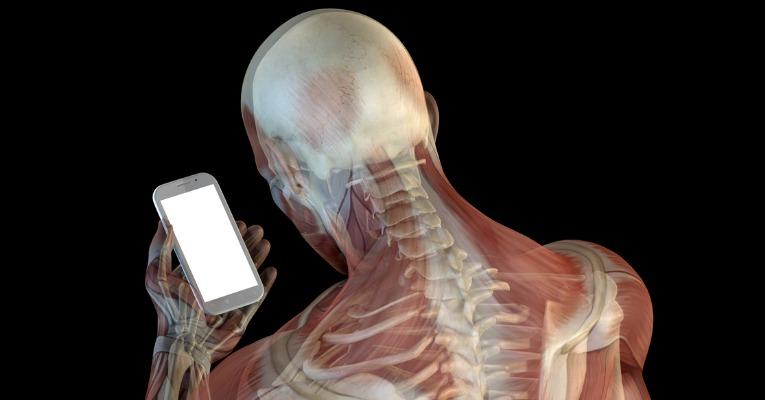 photo anatomie musculo-squelettique 3D de dos tête penché sur smartphone avec risque de douleurs dorsales type dorsalgie