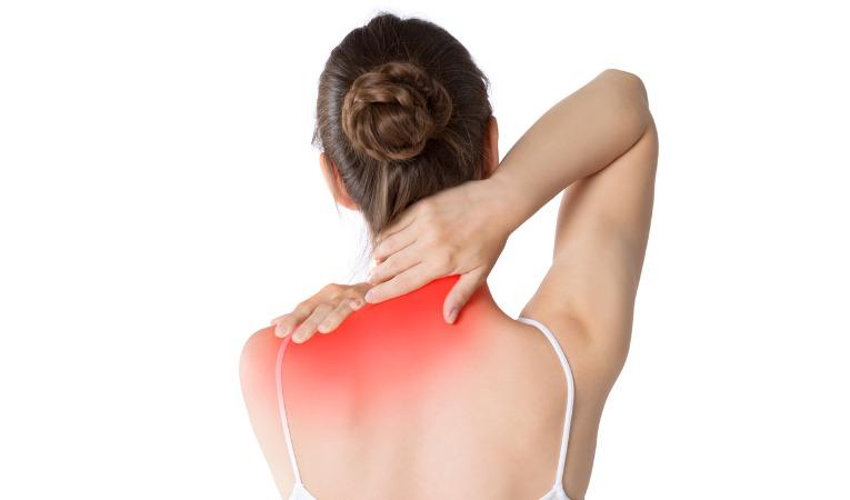 femme de dos se tenant la nuque pour douleur du cou type cervicalgie, torticolis