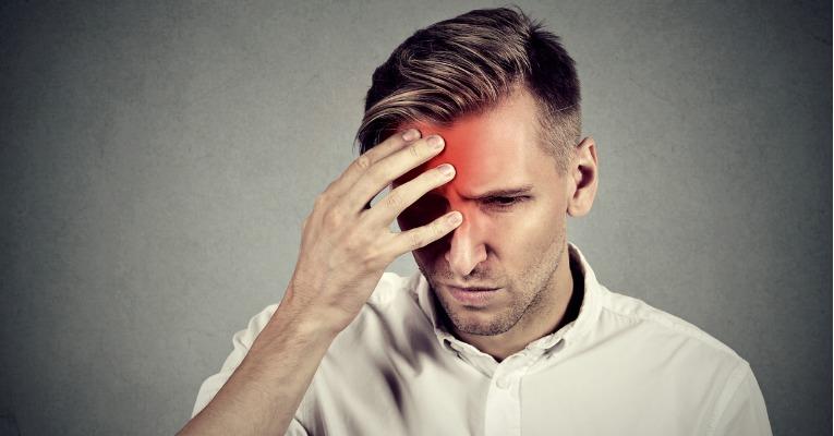 homme de face se tenant la tête avec douleur crâne migraine type névralgie d'arnold