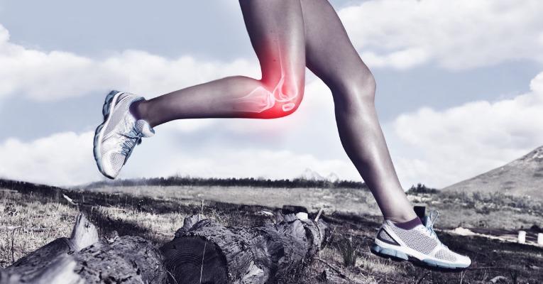 photo d'une jeune femme qui court sur terrain accidenté et démontre à quel point ce type de terrain est contraignant après une entorse de genou