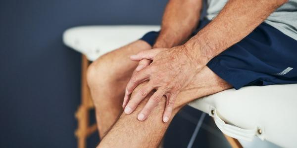 photo d'un sénior qui se tient le genou et exprime le fait que l'arthrose de genou ou la gonarthrose produisent des douleurs handicapantes au quotidien