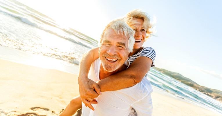photo d'un couple de sénior actif, souriant et heureux de leur opération de prothèse de hanche