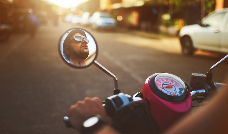 photo d'un homme sur une moto qui illustre le fait que les vibrations de la moto peuvent amplifier les douleurs d'une tendinite du coude